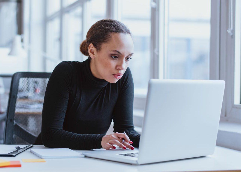 vrouw studeert achter laptop